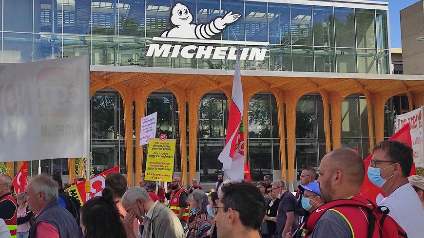 Une centaine de manifestants étaient rassemblés devant le nouvel accueil du siège de Michelin, place des Carmes à Clermont-Ferrand