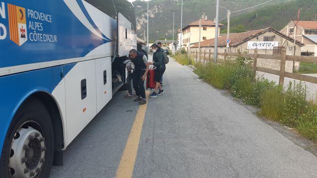 Ds exilés tentent de se cacher dans la soute du bus entre Oulx en italie et Briançon