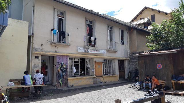 Le refuge de Briançon, près de la gare, est une ancienne caserne de CRS