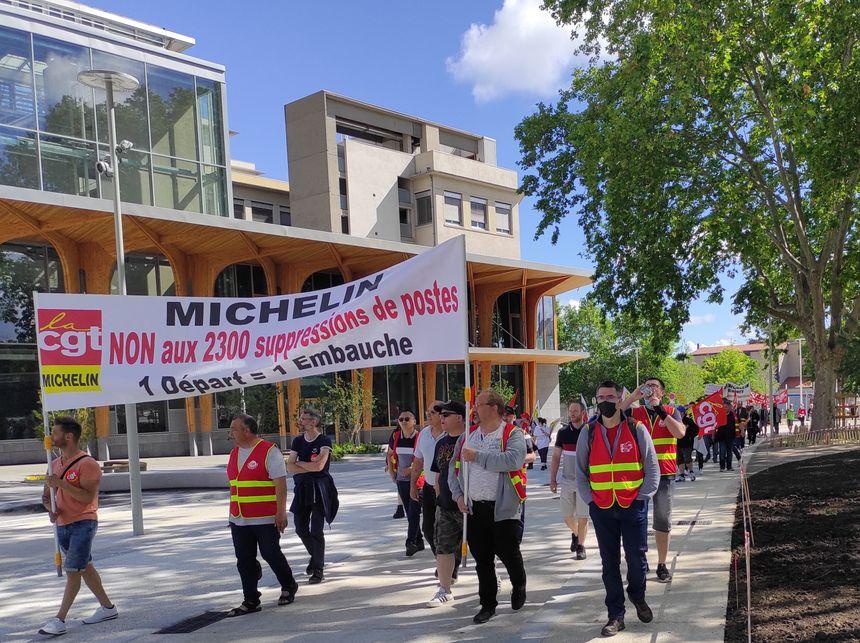 La CGT Michelin dénonce entre autres la suppression de plusieurs milliers d'emplois.