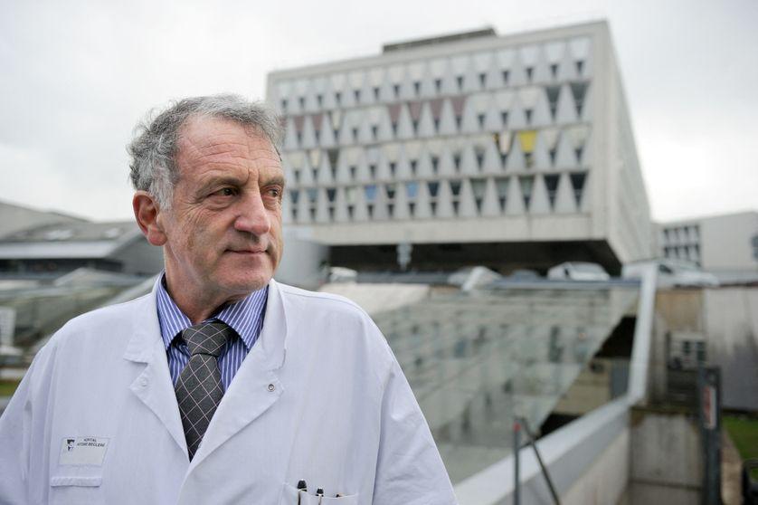 René Frydman, le 8 février 2011, devant l'hôpital Antoine Beclere à Clamart.