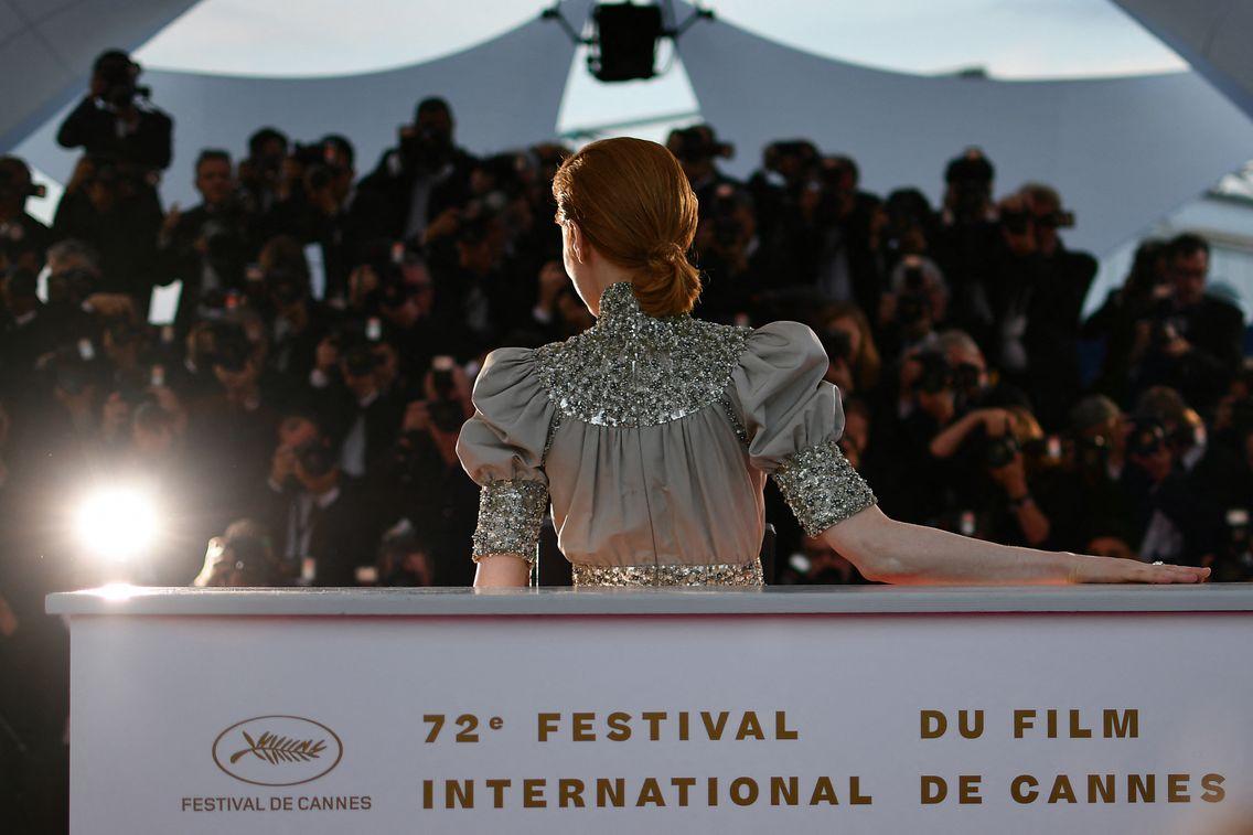 """L'actrice Emily Beecham pose lors d'un """"photocall"""", l'or de la 72e édition du Festival de Cannes en 2019."""