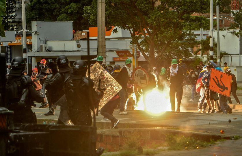 Des manifestants se heurtent à la police anti-émeute lors d'une nouvelle manifestation contre le gouvernement du président colombien Ivan Duque à Medellin, en Colombie, le 2 juin 2021.