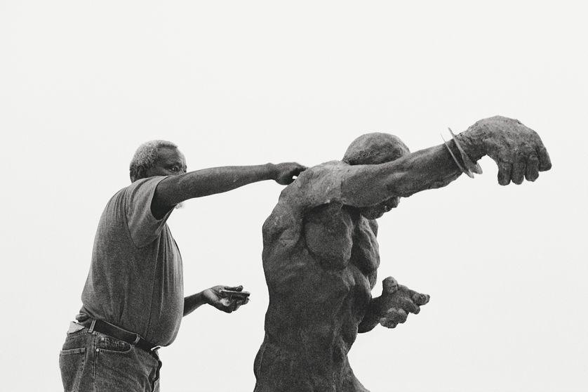 Ousmane Sow sculptant