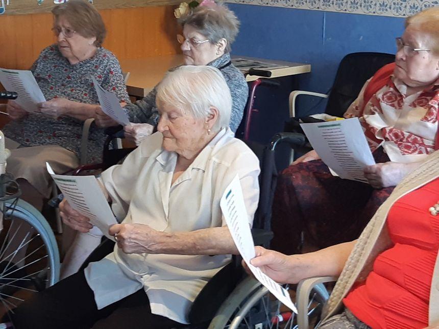 Reine (en blanc) est âgée de 108 ans.