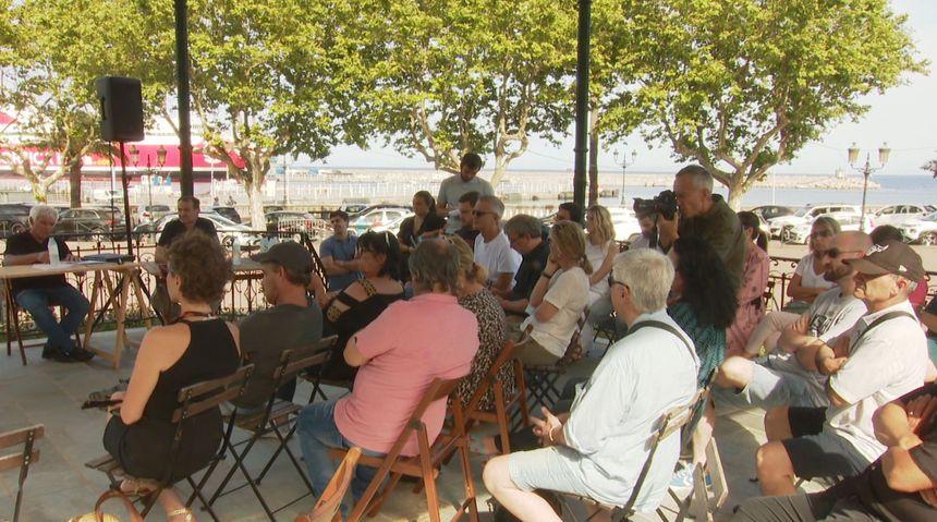 Une trentaine de personnes a assisté au débat ce mercredi place Saint Nicolas à Bastia