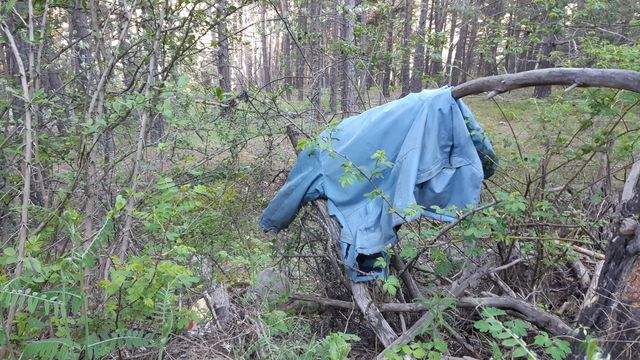 Des habits laissés sur la route vers Briançon pour baliser le chemin