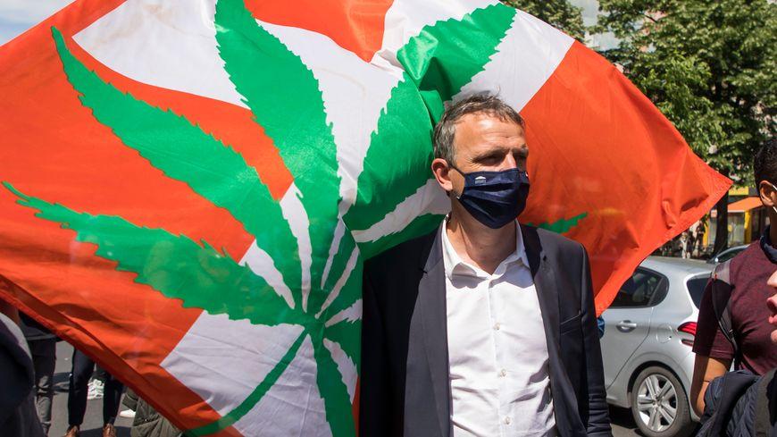 Le député écologiste François-Michel Lambert lors de la marche pour la légalisation du cannabis à Paris.