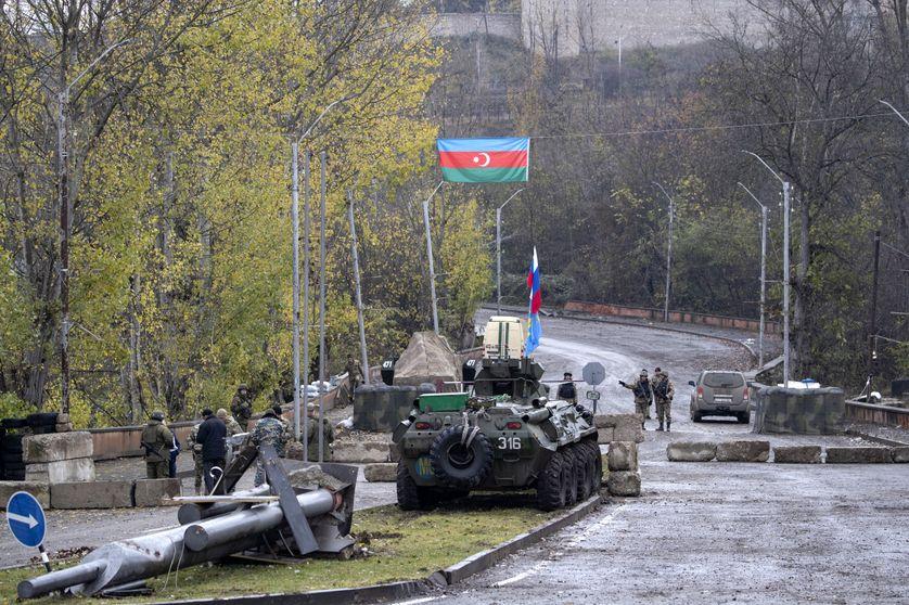 Le 22 novembre 2020, des soldats de la paix russes montent la garde à l'extérieur de la ville de Choucha, les combats avaient repris dans la région contestée du Haut-Karabakh.