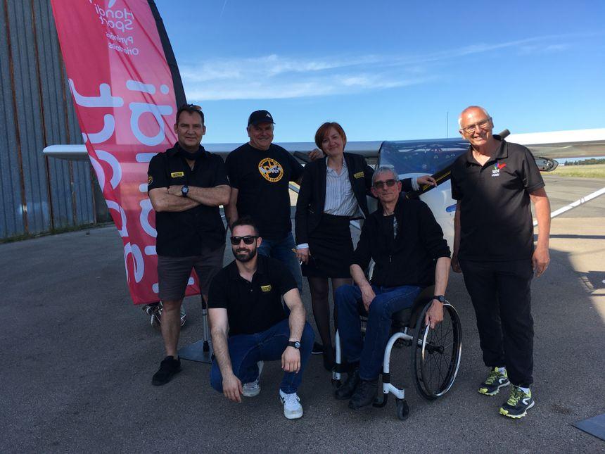 L'équipe de Perpignan Helico pose devant l'ULM