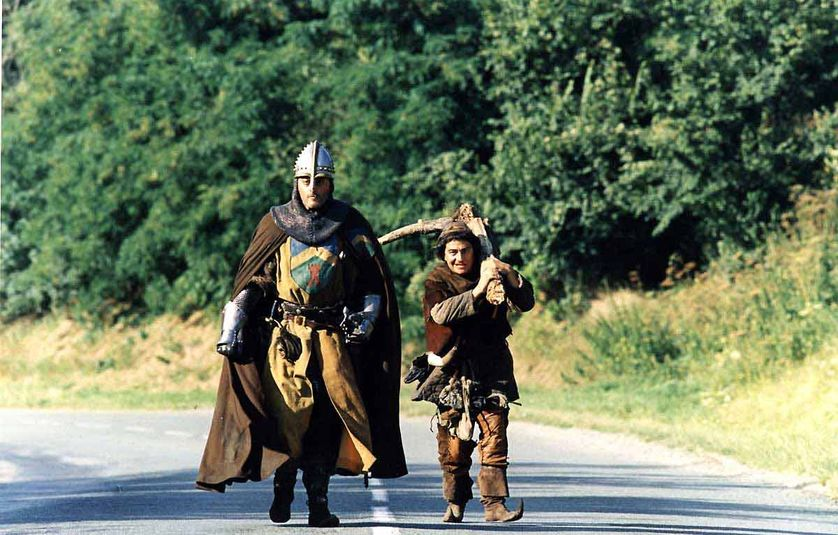 """L'expression """"Montjoie ! Saint Denis !"""" qui s'ancre au XIIe siècle a été popularisée au-delà des cercles monarchistes par le film """"Les Visiteurs"""", de Jean-Marie Poiré, sorti en 1993."""