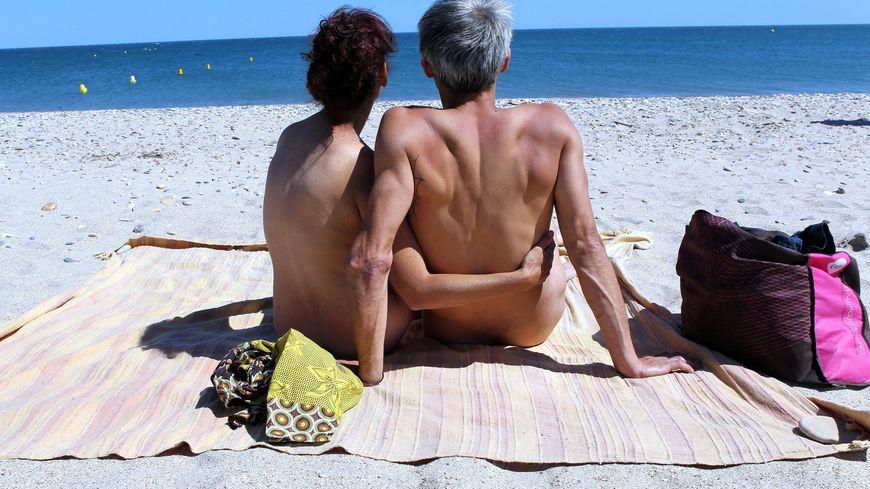 Un couple fait du naturisme sur la plage (illustration)