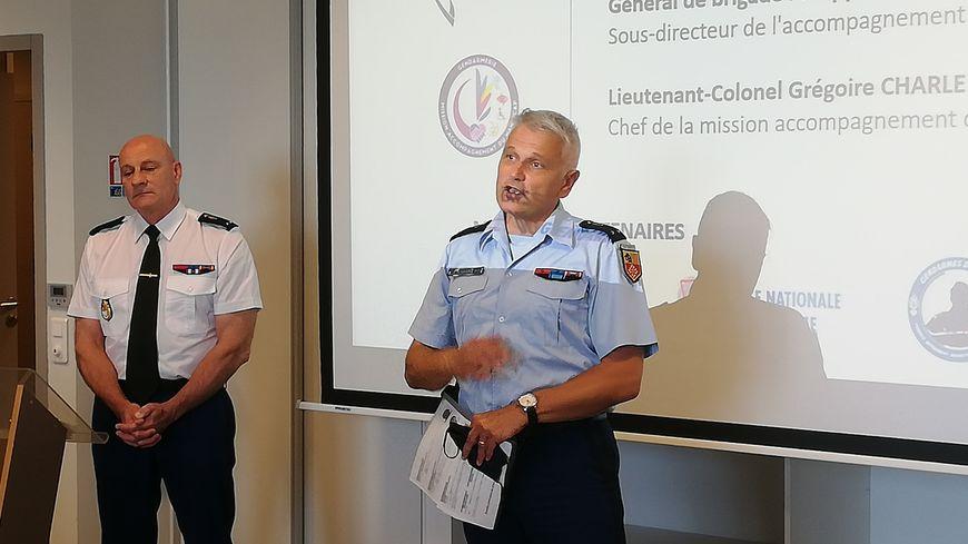 """Les généraux Jean-Valéry Lettermann et Philippe Correoso étaient présents au lancement du programme """"Bulles de Répit"""" pour apporter leur soutien aux familles d'aidants."""