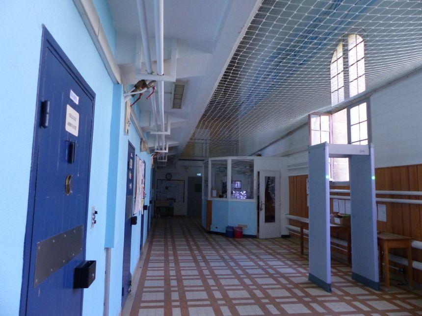 Le centre pénitentiaire des femmes à Rennes, le seul en France, compte 200 détenues, de 17 à 77 ans. Il a été créé en 1867.