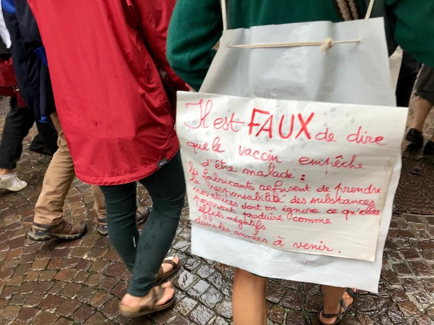 Les manifestants arboraient plusieurs pancartes.