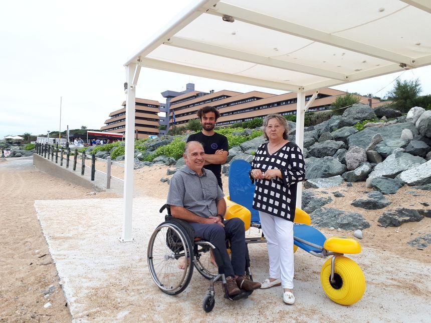 Jean Cayez, handiplagiste, Ramon Espi, président de l'association handiplage et Joëlle Turcat, adjointe au maire d'Anglet en charge du handicap
