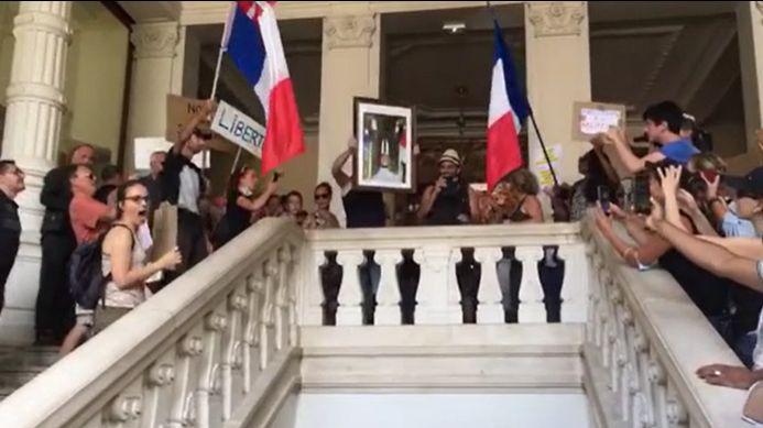 Chambéry : des manifestants contre le pass sanitaire décrochent le portrait d'Emmanuel Macron dans la mairie