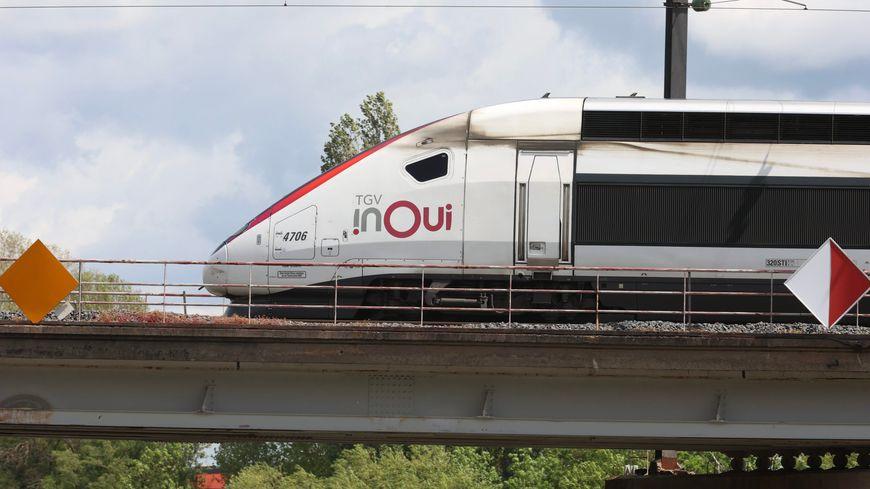 Huit heures de retard pour les passagers d'un TGV Toulouse-Paris arrêté en pleine voie