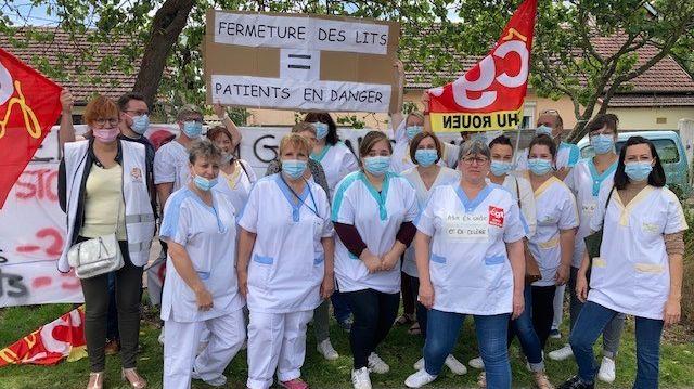 Infirmières et aides soignantes se sont rassemblées devant l'entrée de l'hôpital ce mercredi après midi, à l'appel de la CGT.