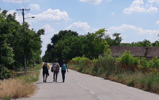 Au Nord de la Serbie, à la sortie du village de Rabé, trois migrants marchent après avoir été refoulés de la Roumanie voisine