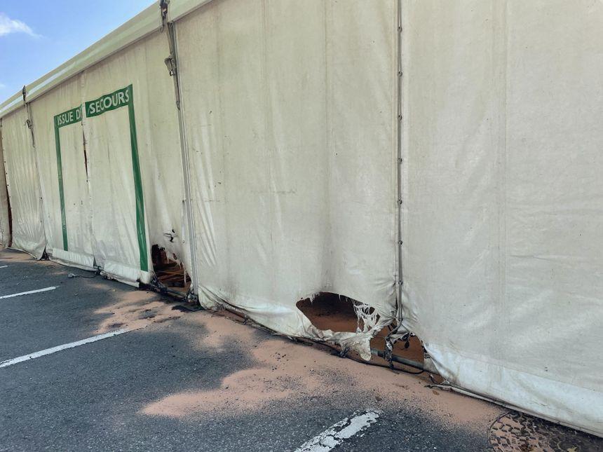 De l'essence à été déversé tout autour du Barnum