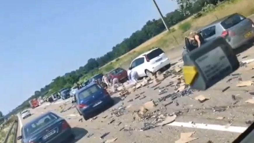 VIDEO - Accident sur l'A35 : des automobilistes s'arrêtent sur l'autoroute pour récupérer la marchandise