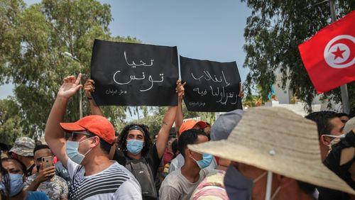 Crise politique en Tunisie : des manifestations devant le Parlement