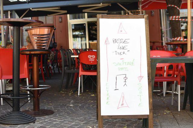 Devant un bar à Embrun dans les Hautes-Alpes, où le pass sanitaire est appliqué.