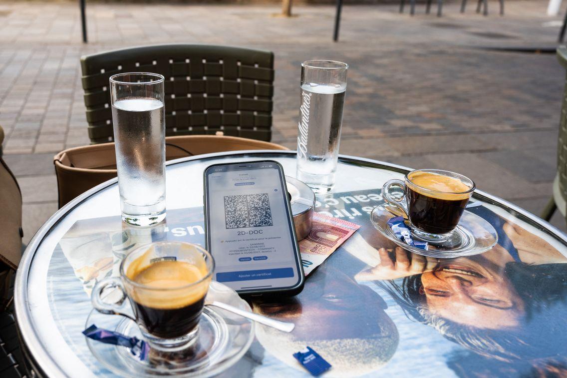 Un café, un pass sanitaire et l'addition. A partir d'aujourd'hui le pass est exigé pour aller dans les cafés, y compris en terrasse.