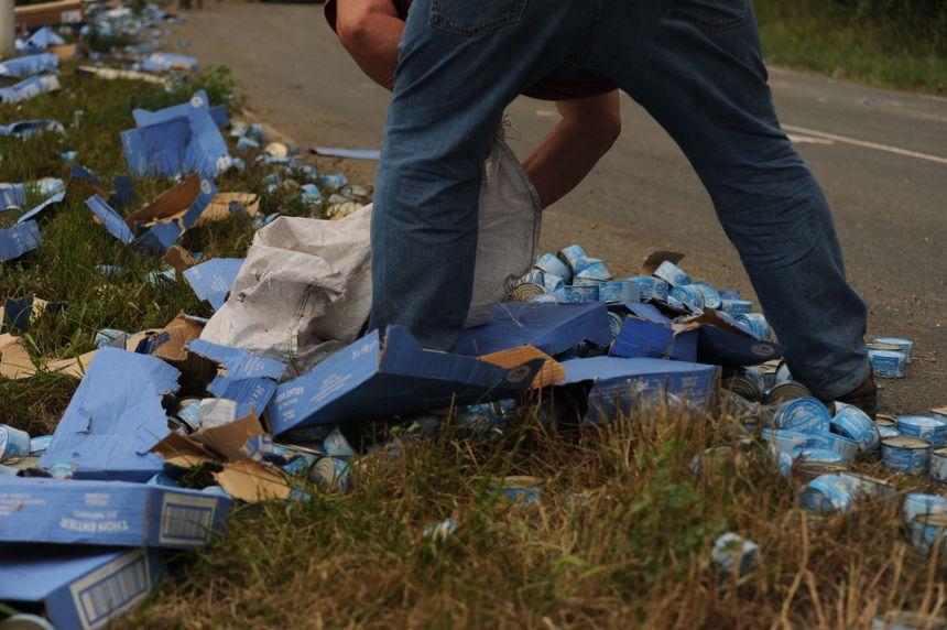 Los automovilistas vinieron a echar una mano para despejar ... y quitarles las latas de atún.
