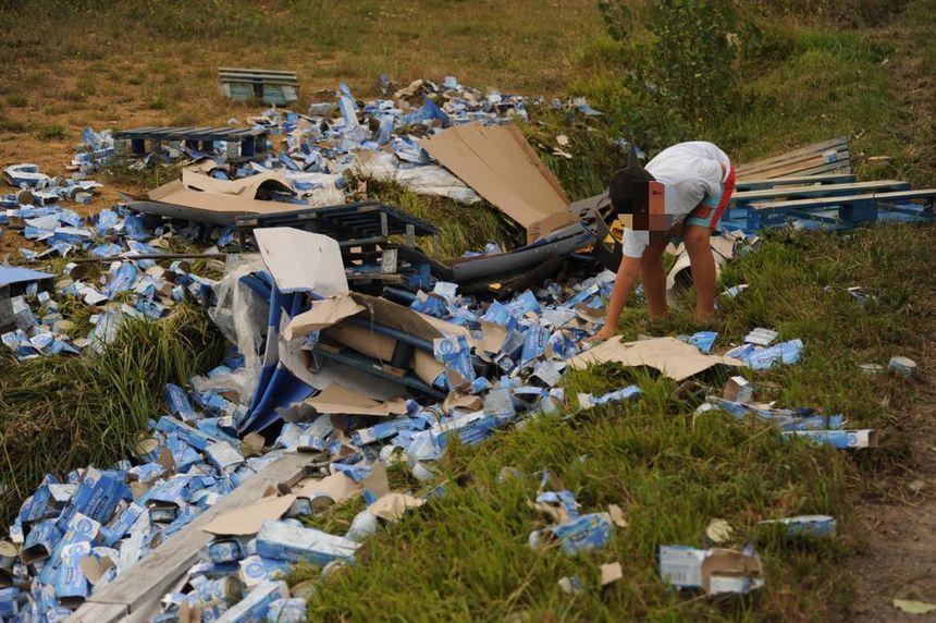Cientos de cajas se encuentran esparcidas a lo largo del costado de la carretera.