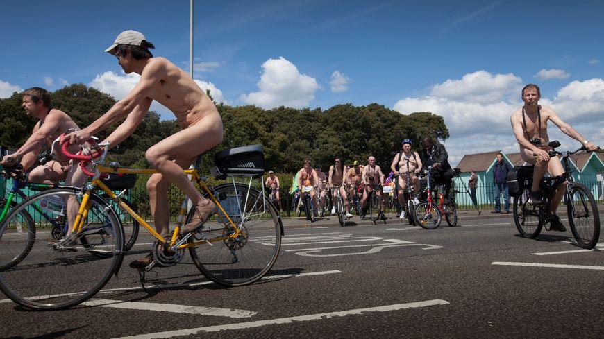 Une cyclonue à Portsmouth en Angleterre, en 2013. Une manifestation naturiste à vélo similaire est organisée au Mans en septembre 2021