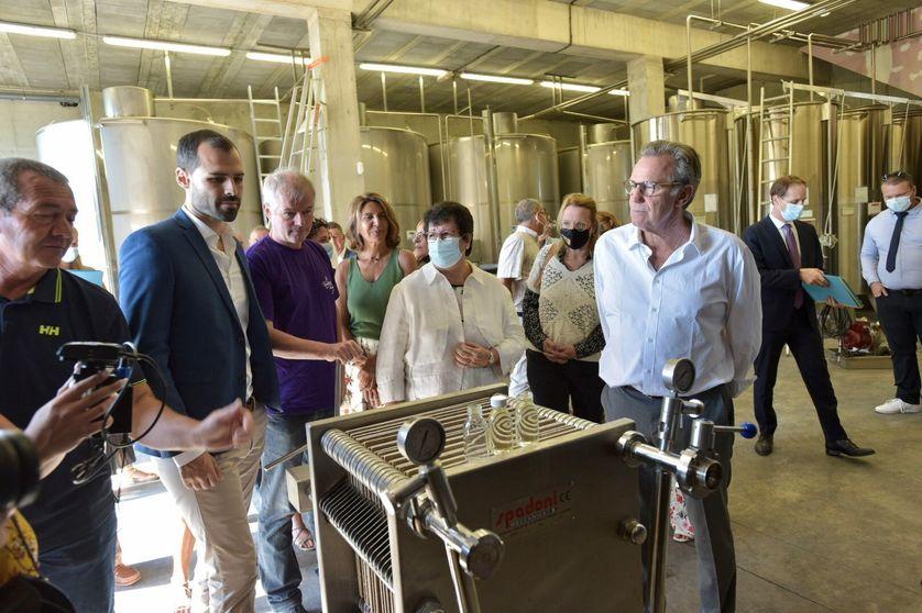 Une délégation d'élus locaux menée par le président de la région sud Renaud Muselier en visite aux producteurs de lavande à la coopérative de Puimoisson, le 26 août 2021