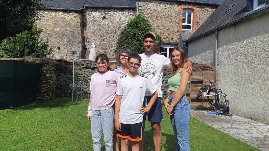 Les parents, le frère et les sœurs d'Alexandre Léauté chez eux à Saint-Caradec dans les Côtes d'Armor
