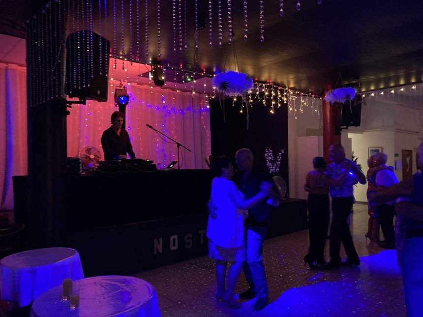 Le DJ enchaîne les morceaux pour le plus grand plaisir des séniors.
