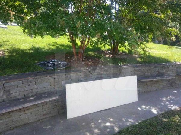 Photo de la tombe de Pop Smoke vandalisée (source TMZ)