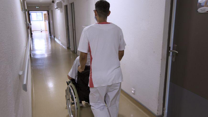 Un soignant dans un Ehpad (photo d'illustration)