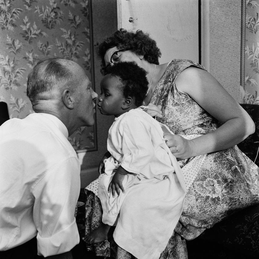 Une famille interraciale: Lydia et William Long avec leur fille adoptive Kim, Olyffe Avenur, Welling, Kent, Juillet 1960.