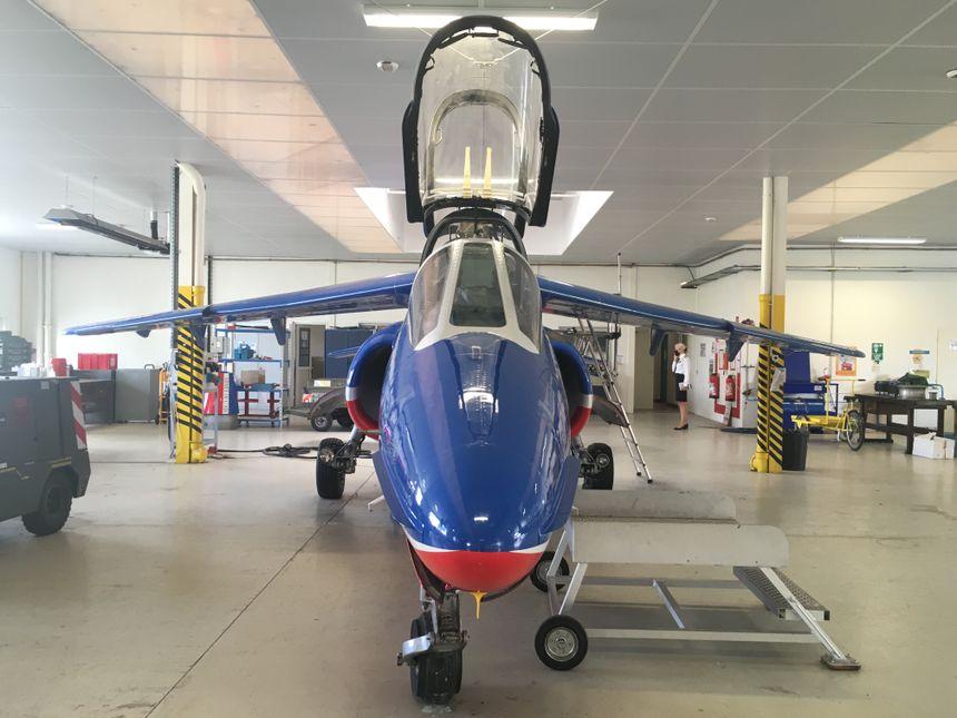 Les élèves commencent à Saintes à appréhender les avions sur lesquels ils seront amenés à travailler plus tard. Ici, un Alpha Jet de la patrouille de France.