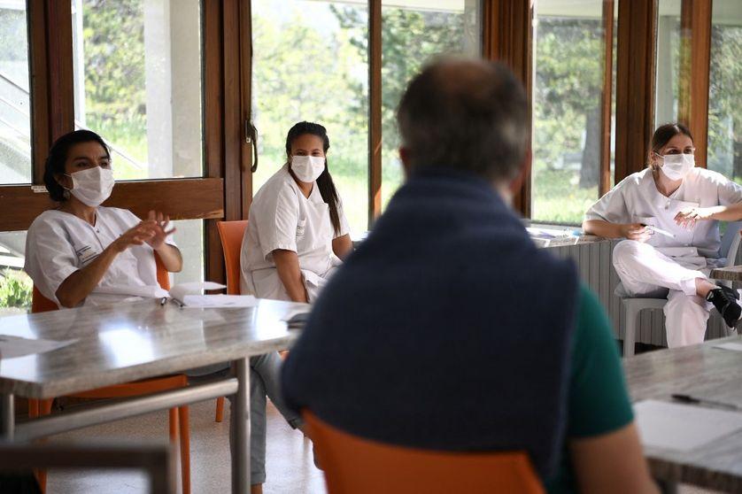 Des infirmières discutent avec un patient, à l'hôpital psychiatrique Valvert à Marseille, lors du confinement le 16 avril 2020.