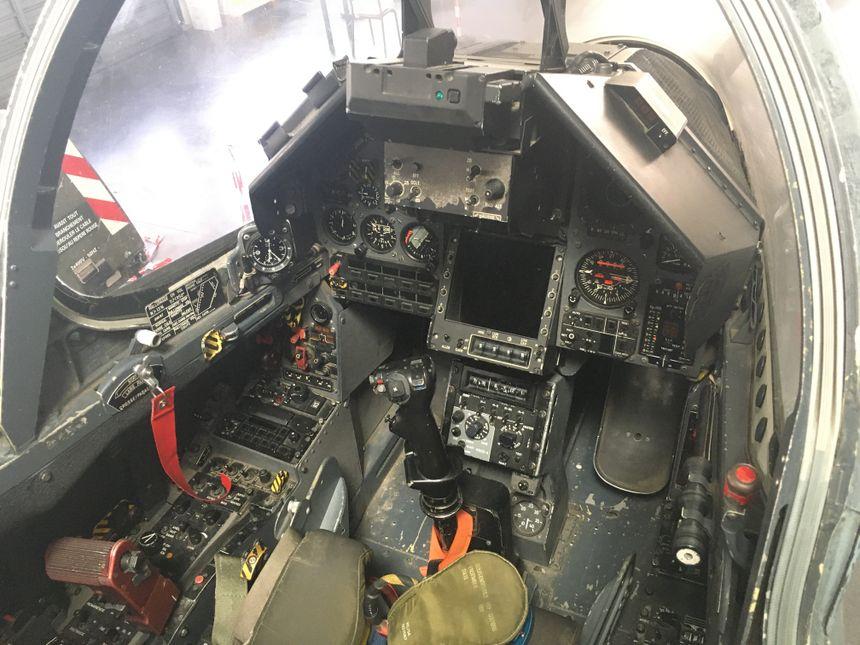 Le poste de pilotage d'un avion de chasse.