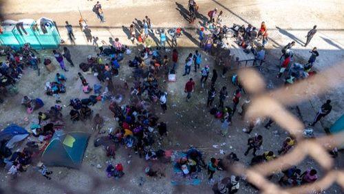 10 000 migrants, en majorité haïtiens, entassés dans un camp de fortune au Texas