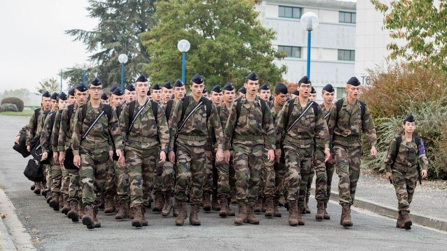 Chaque promotion de l'école d'enseignement technique de l'armée de l'air de Saintes compte actuellement  250 élèves.
