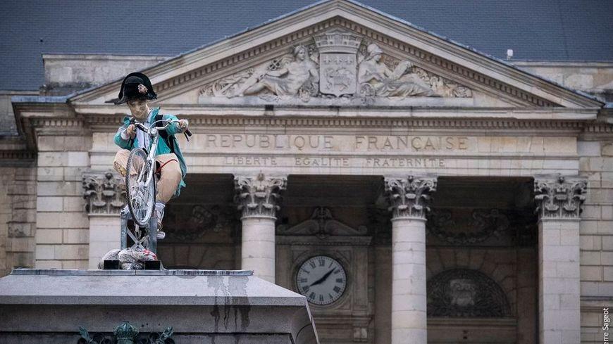 """EN IMAGES - Rouen : un Napoléon """"ubérisé"""" remplace la statue équestre de la place de l'hôtel de Ville"""