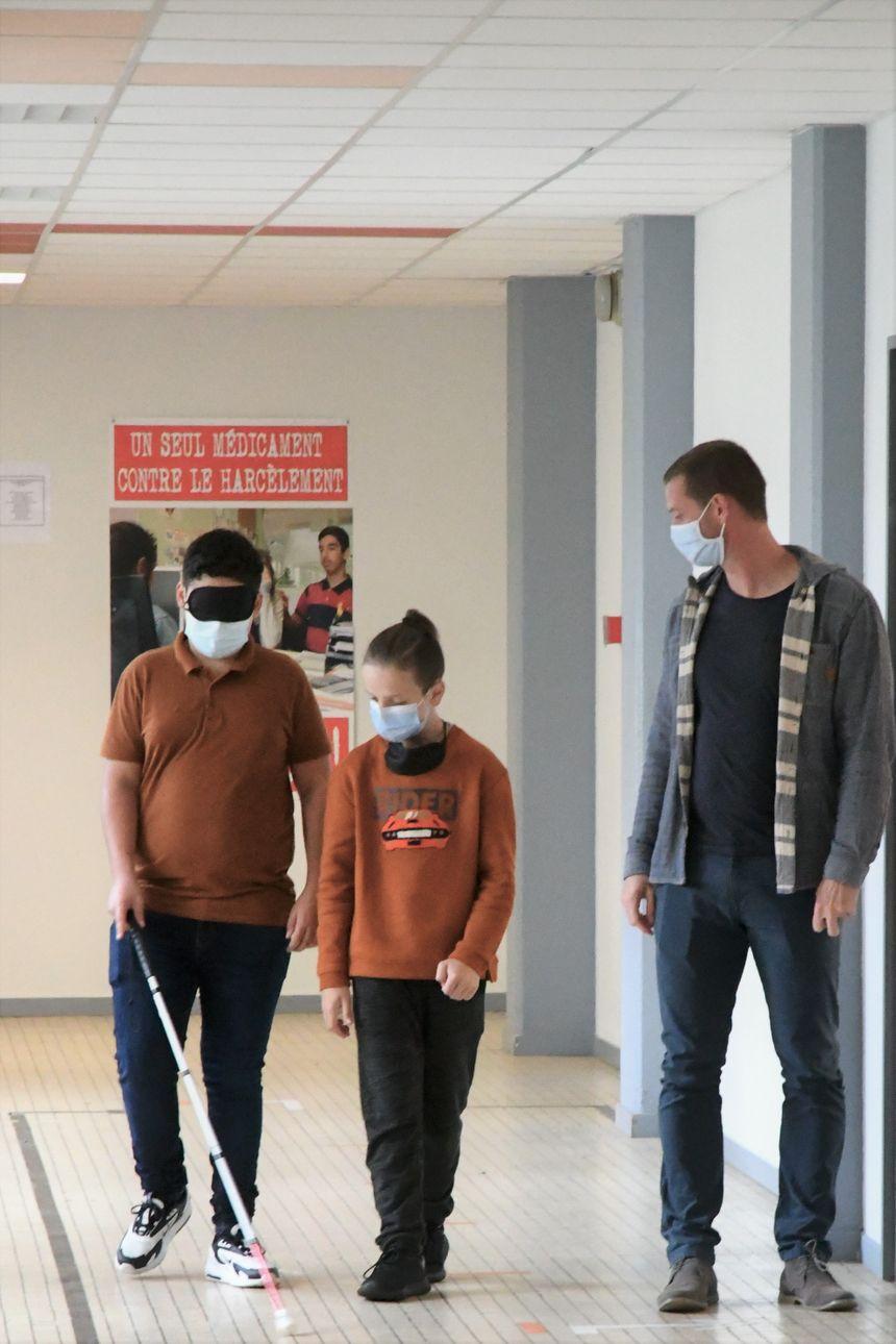 Les élèves étaient guidés pour l'atelier avec la canne blanche