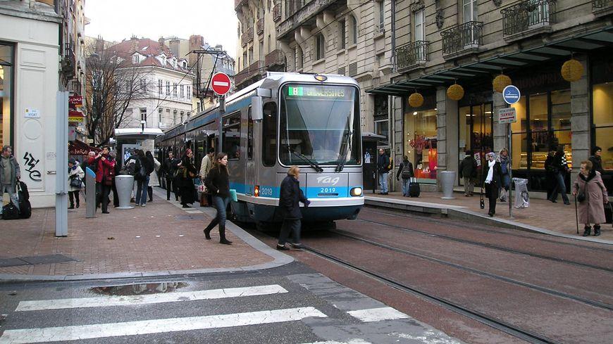 Tramway au carrefour d'une rue animée