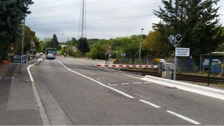 L'adolescent s'est jeté sur les rails entre la gare et le passage à niveau d'après le maire de La Verpillière.