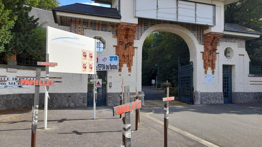 L'EPSM des Flandres, à Bailleul, souffre de la pénurie de médecins. Selon les syndicats, une quinzaine manquent à l'appel. 60 lits vont être supprimés ou transférés.