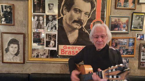 """Joël Favreau, guitariste de Georges Brassens:""""Il n'est pas mort entièrement"""""""