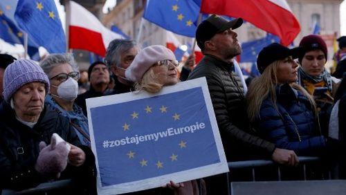 Europe : la fracture ? / Covid-19, la prolongation du passe sanitaire en France adoptée